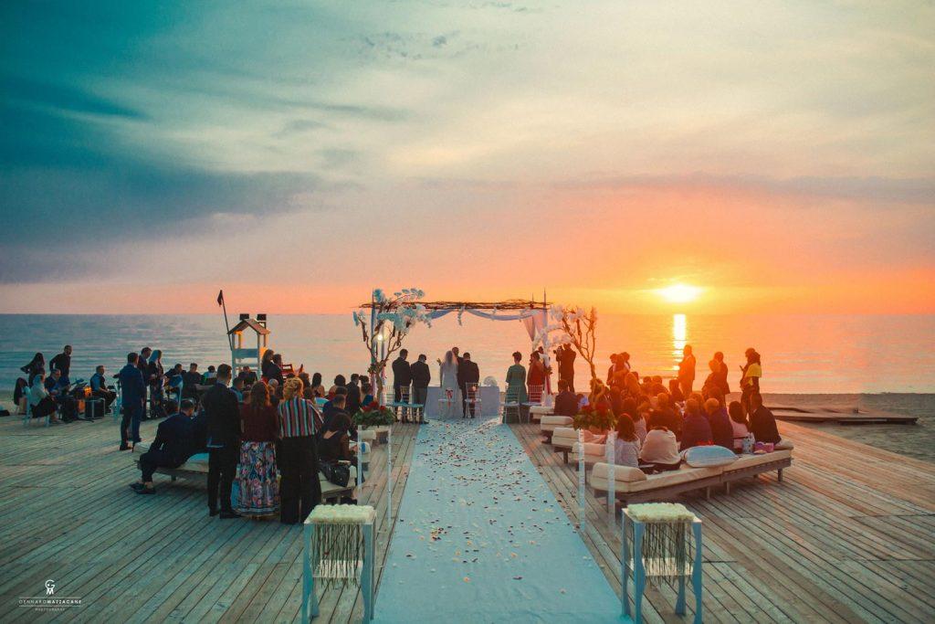 Foto matrimonio in spiaggia: divertimento e fantasia al potere